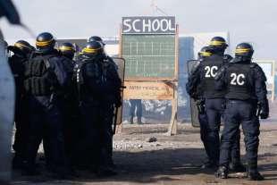 calais scontri tra polizia e migranti 6