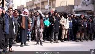 folla guarda esecuzione isis