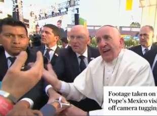 papa francesco strattonato in messico 5