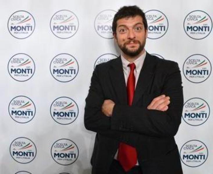 Fusaro svergogna Andrea Romano: 'Ha appoggiato il colpo di Stato finanziario del governo Monti