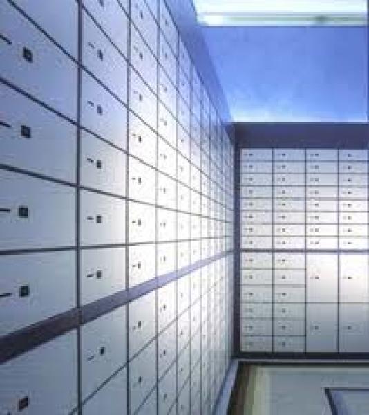 migliaia di italiani hanno messo i soldi nelle cassette di sicurezza