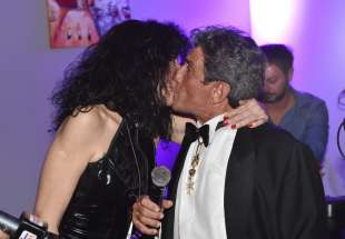 un tenero bacio per i 20 anni di matrimonio