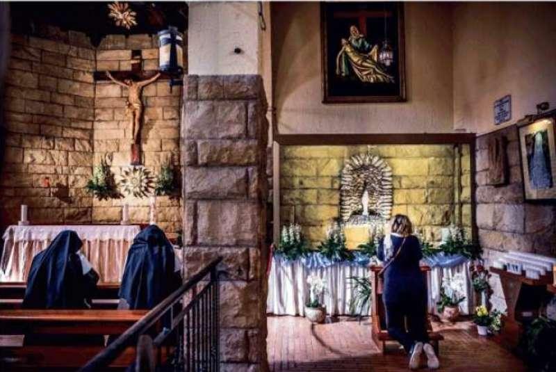fedeli in preghiera nella chiesa di pantano dove si trova oggi la statua che non piange piu'
