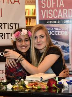 sofia viscardi in posa con una fan (2)