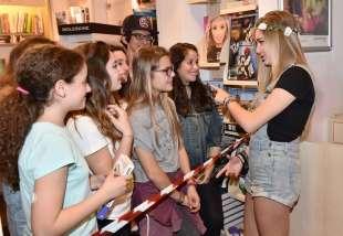 sofia viscardi s intrattiene con le sue fan (4)