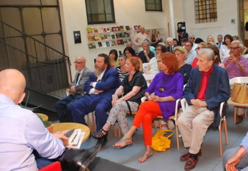 Matrimonio Zavoli : Tutti in fila per la presentazione del libro di jas