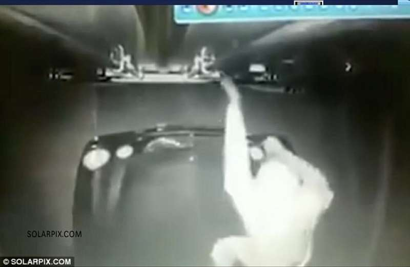 il ladro si avvicina al tir