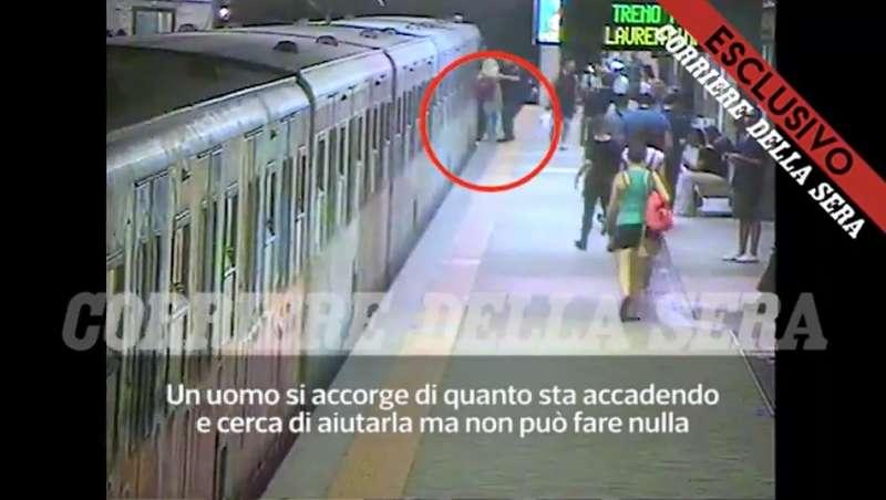 ROMA - DONNA TRASCINATA DALLA METROPOLITANA