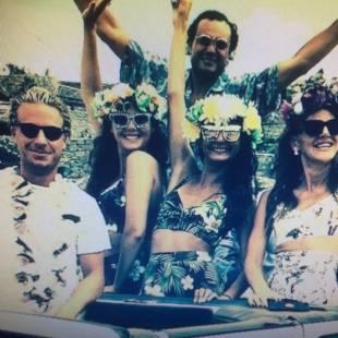 Party hawaiano a mykonos per i 40 anni del fotografo di for Case in stile piantagione hawaiana