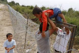 migranti al confine con l ungheria 8