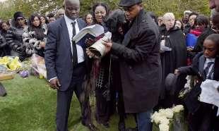 ai funerali dei ragazzini delle gang inglesi