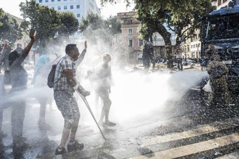 migranti piazza indipendenza1