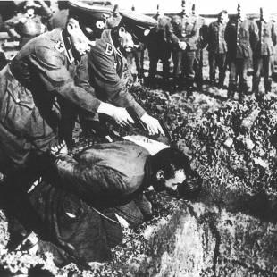 ufficiali nazisti eseguono una condanna