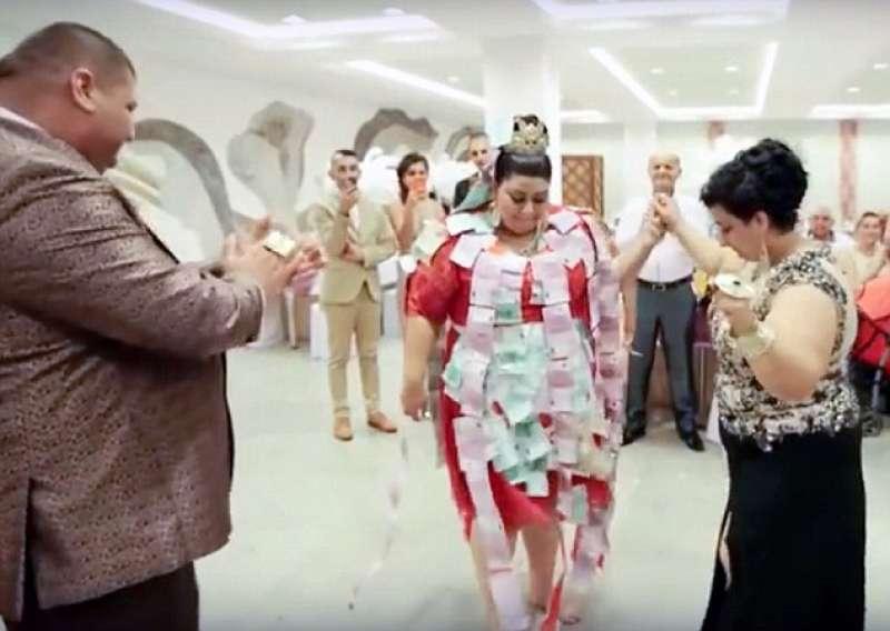 Matrimonio Gipsy Queen : Nozze gipsy lei ha un vestito in oro da euro il
