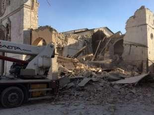 La cattedrale di Norcia crollata (da Twitter)