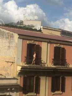 UNA TURISTA NUDA SUL BALCONE A ROMA