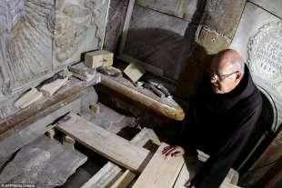 francescano nella tomba di gesu