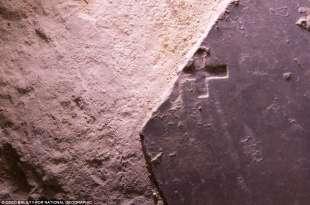 lastra di marmo con croce incisa