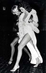 marina ripa di meana -a-via-veneto-con-un-amica-nel-1968