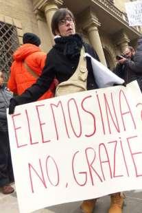 protesta dei risparmiatori davanti banca etruria 12