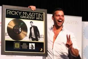 ricky martin con il disco d oro