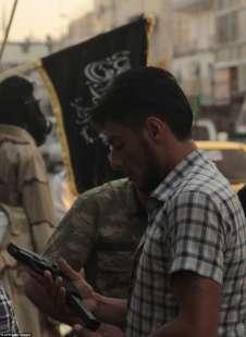 uomo siriano con pistola raqqa 2013