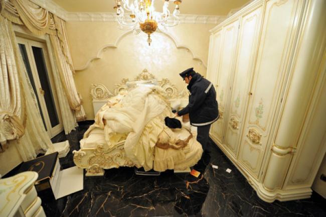 Benvenuti in casa casamonica se la casa un diritto arredarla un dovere cafonal - Bagni chimici per abitazioni ...
