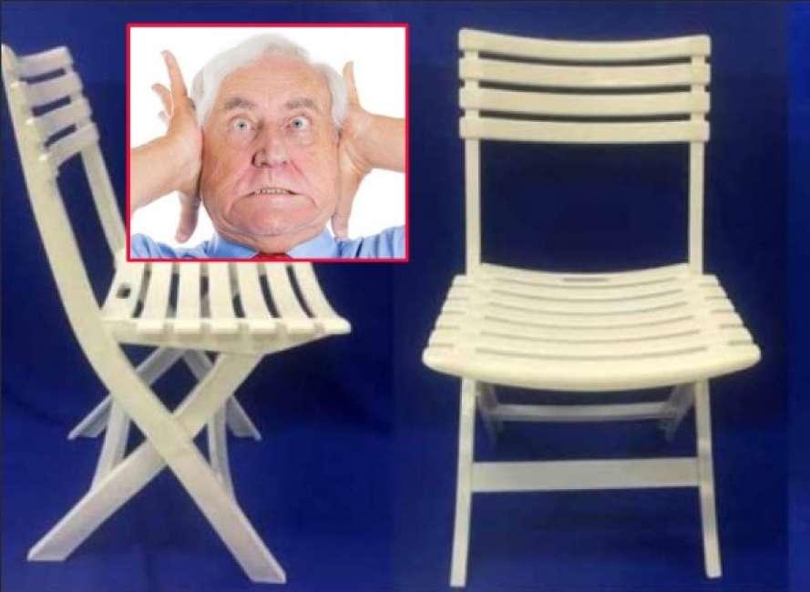 Scroto a perdere incastra le palle nelle doghe di una sedia