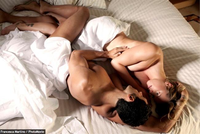 L'uomo si unisce alla moglie e al porno amante